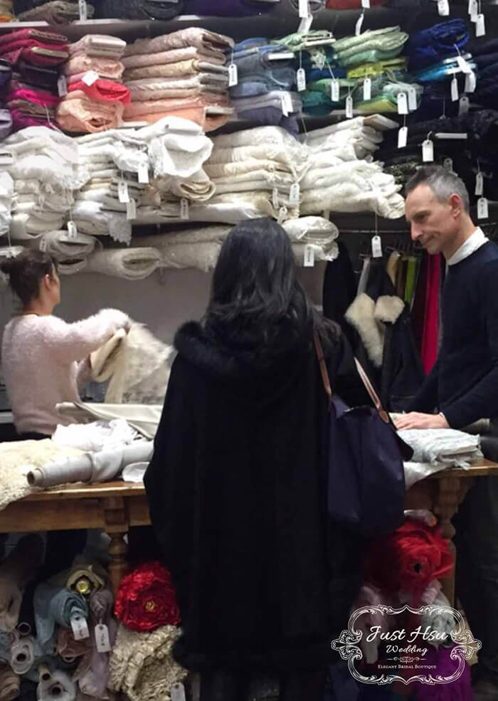 設計師會遠赴歐洲挑選禮服材質面料